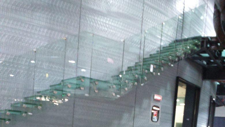 Scară de sticlă flotantă cu balustradă de sticlă